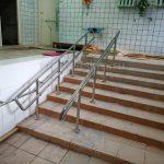 Поручни из нержавеющей стали для спуска в бассейн